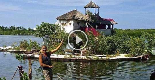 老人用15万个塑料瓶建造漂浮岛,有房有树还有wifi